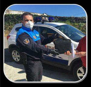 La Policía Local de Coaña reparte material a los escolares 1