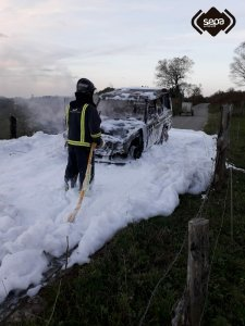 Un incendio calcina un vehículo en Piedratecha, en Tineo 1