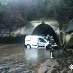 Herido leve, tras salirse de la vía y caer por un desnivel de 4 metros, en Castropol