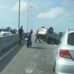 ACIDENTE – Capotamento deixa trânsito lento na ponte Wilson Mendes, em Cabo Frio