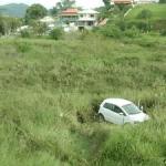 ACIDENTE – Carros colidem, caem em ribanceira e deixam feridos na RJ-106, em Maricá