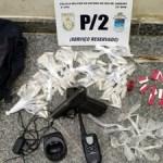 AÇÕES POLICIAIS – Suspeitos fogem, mas menor é detido com com drogas em Araruama
