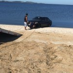 ACIDENTE – Carro invade lagoa na RJ-140 após motorista dormir, segundo a BPRv