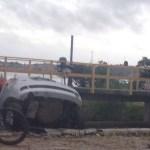 ACIDENTE – Carro cai em lagoa próximo ao shopping de Cabo Frio