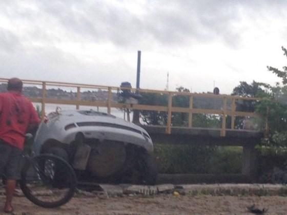 Carro cai na Lagoa das Palmeiras, em Cabo Frio, de madrugada