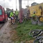 ACIDENTE – Ciclistas são atropelados em São Pedro da Aldeia e motorista foge sem prestar socorro