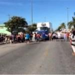 CABO FRIO – Pais e estudantes fecham avenida e pedem volta às aulas em Cabo Frio
