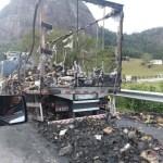 ACIDENTE – Caminhão com carga de alimentos pega fogo na BR-101