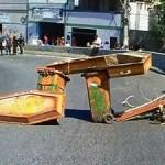 CABO FRIO – Coveiros fazem paralisação em Cabo Frio e famílias de mortos fecham ponte