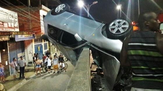 carro-ficou-preso-na-lateral-da-ponte-acidente-deixou-dois-feridos