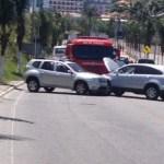 ACIDENTE – Colisão entre carros deixa ferido na entrada de Arraial do Cabo