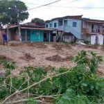SÃO PEDRO DA ALDEIA – Após chuva, moradores de Praia Linda interditaram, com galhos de árvores, as ruas do bairro