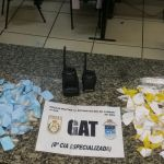 AÇÕES POLICIAIS – Policiais do 25°BPM prende mulher no bairro Colina com cocaína e 2 rádios comunicadores