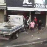 ACIDENTE – Caminhão invade loja no Centro de Cabo Frio