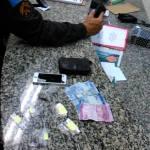 AÇÕES POLICIAIS – PM conduz dois homens para a 125º DP por estarem portando drogas na Praça do Centro de São Pedro da Aldeia
