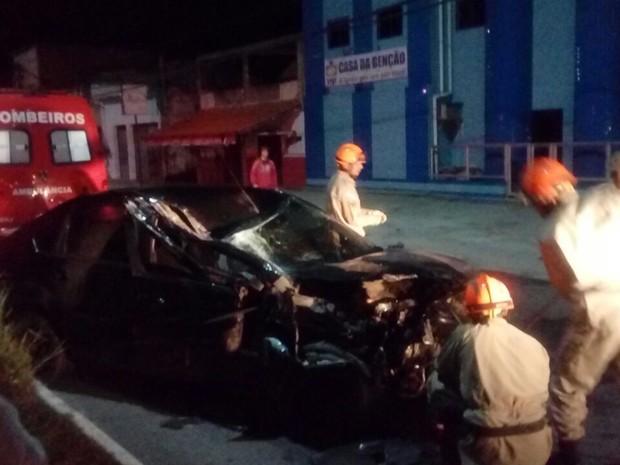 ACIDENTE - Homem se fere ao colidir de carro com caminhão em Cabo Frio
