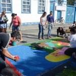 ESCOLAS MUNICIPAIS PARTICIPAM DA CONFECÇÃO DE TAPETES DE SAL PARA CORPUS CHRISTI