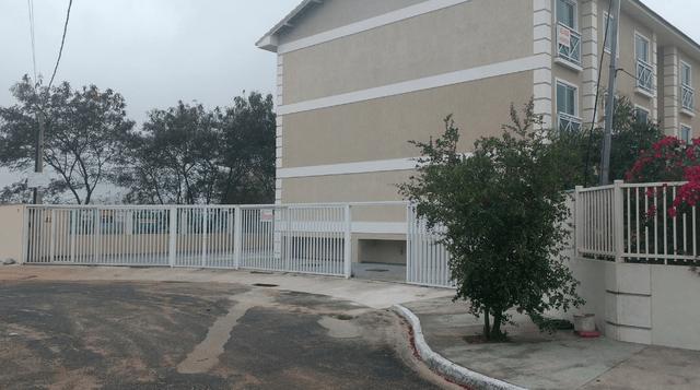 SÃO PEDRO DA ALDEIA - Vento forte arranca portão de condomínio em São Pedro da Aldeia