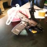 AÇÕES POLICIAIS – Homem é detido com pistola, munição e 310 sacolés de cocaína em São Pedro da Aldeia