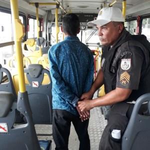AÇÕES POLICIAIS – Suspeito de assaltar ônibus intermunicipais é detido com arma falsa em São Pedro da Aldeia