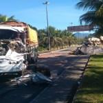 ACIDENTE – Carreta carregada com óleo de cozinha e caminhão com tijolos colidem na RJ-162, em Rio das Ostras