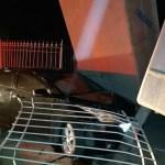 AÇÕES POLICIAIS – Carro invade loja de piscinas em acidente após perseguição policial