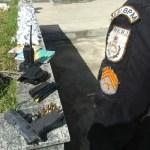 AÇÕES POLICIAIS – Homem é detido com arma, munições e drogas em Araruama