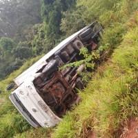 ACIDENTE – Caminhão tomba e deixa trecho interditado na RJ-162, entre Casimiro de Abreu e Rio das Ostras