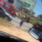 ACIDENTE – Carro capota, bate em caminhão e deixa mulher ferida na RJ-106, em Araruama