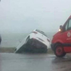 ACIDENTE – Motorista perde controle do carro durante chuva forte e cai em vala