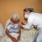 Dona Eva é a primeira idosa vacinada em Armação dos Búzios