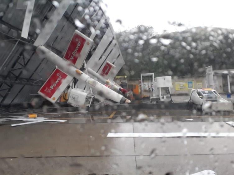 Cobertura de posto de combustíveis cai durante chuva na BR-101, em Rio Bonito
