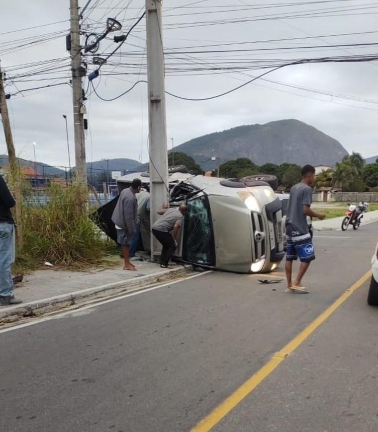 Homem morre e três ficam feridos em acidente envolvendo dois carros em Maricá