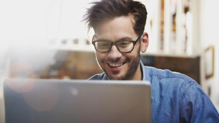 Homem rir Portatil - E porque não otimizar a sua rede Wi-Fi com QoS? a TP-LINK ajuda a fazê-lo