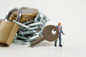 628-01712352 Model Release: No Property Release: No Businessman figurine holding a key