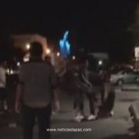 ¡Golpean fuertemente a una persona afuera de un Bar de La Paz! #Video