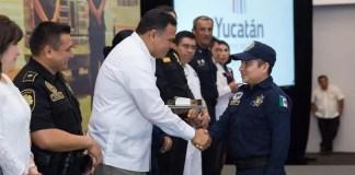 El Gobernador felicita a uno de los socorristas en su día.