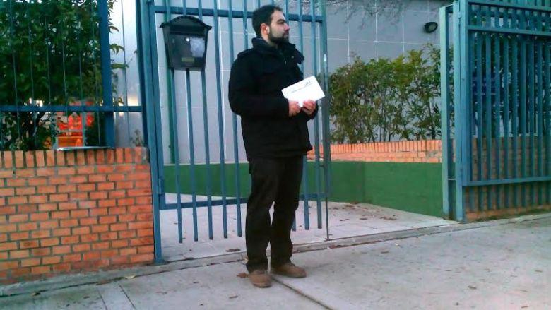 ULEG informando en las puertas de los colegios sobre la situación educativa local