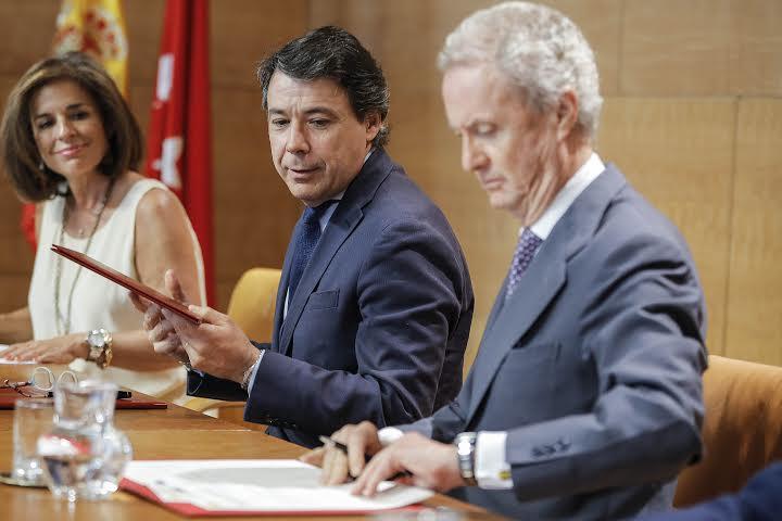Pedro Morenés, Ministro de Defensa e Ignacio González, Presidente de la Comunidad de Madrid firmando el convenio. Foto / Comunidad de Madrid