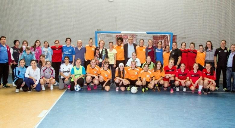 Las participantes en la inauguración de la liga, junto con el alcalde y los concejales presentes (Foto: Ayto de Móstoles)