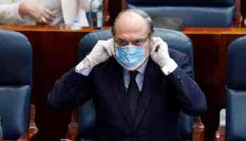 El portavoz del grupo socialista, Ángel Gabilondo, se coloca la mascarilla en el pleno de la Asamblea de Madrid