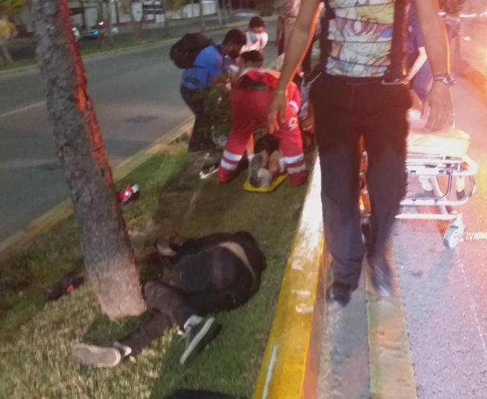 Derrapan dos en moto; sobrevive el que llevaba casco – Pedro Canché Noticias