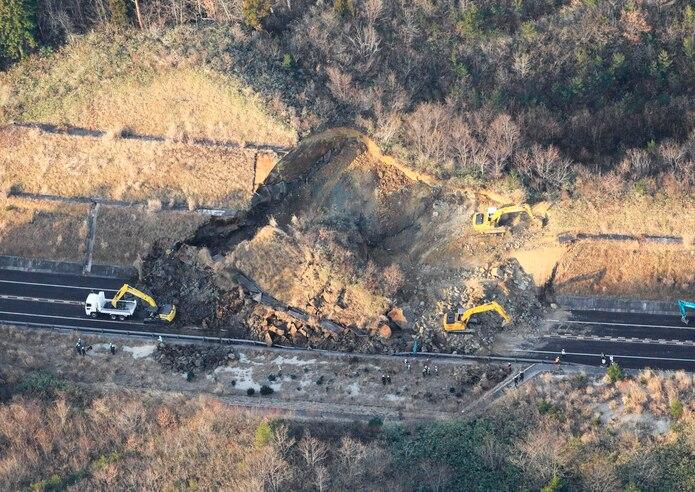 Terremoto provoca alud de tierra en Japón