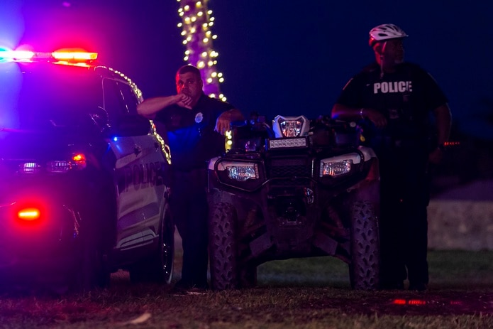 Una persona dentro de la vivienda les disparó a los agentes, uno de los cuales fue baleado varias veces y fue llevado al hospital en condición crítica, indicó Wendell Nicholson, capitán de la policía de Wichita.