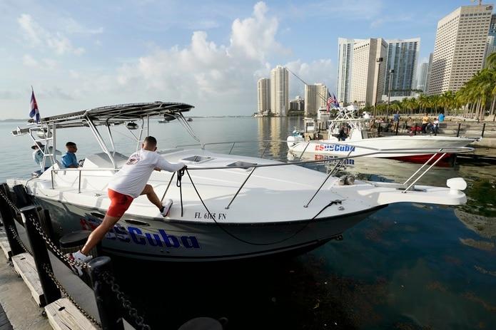 El navegante Julio González se embarca el viernes 23 de julio en la marina en el centro de Miami.