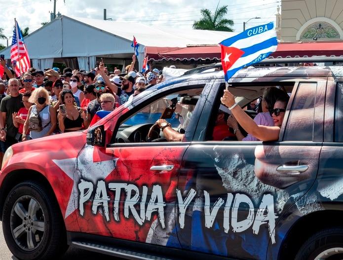 Cubanoamericanos asisten a una manifestación para apoyar a los manifestantes en Cuba en Miami, Florida, Estados Unidos.