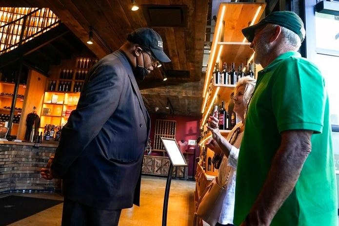 ¿Estados Unidos pedirá pasaporte de COVID-19 en restaurantes y lugares de entretenimiento?