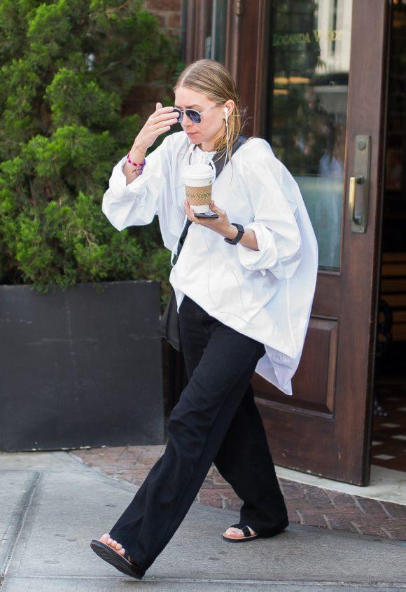 Ashley Olsen. Conscientes de la intelectual y la moda: la camisa se convierte en una especie de túnica oversize, estrictamente para ser usado con pantalón y pisos. ¿Y su cabello? ¡En un updo, por supuesto!