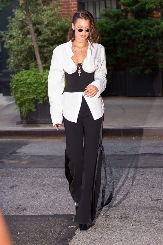 Hadid hermosa. Más es más: la camisa blanca se convierte en cool y sexy y es usada con un bustier, favorecedor de su escote.