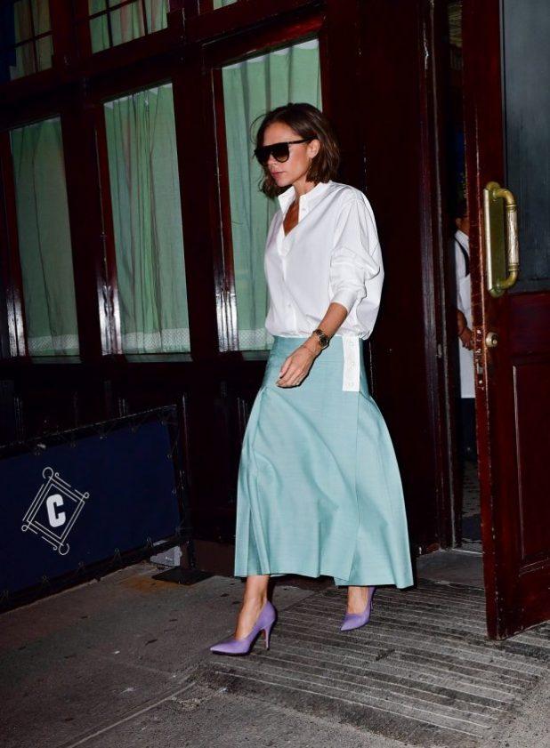Victoria Beckham.La reina de las camisetas lleva naturalmente y con gran elegancia. Levemente de gran tamaño, camisas de Victoria son el emblema de la feminidad elegante que parece muy elegante cuando es gastado con una cintura largo y bajo, casi hasta el tobillo falda.
